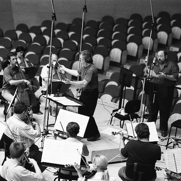 Jorge Mester, Alberto Mizrahi, and members of the Barcelona Symphony-National Orchestra of Catalonia.